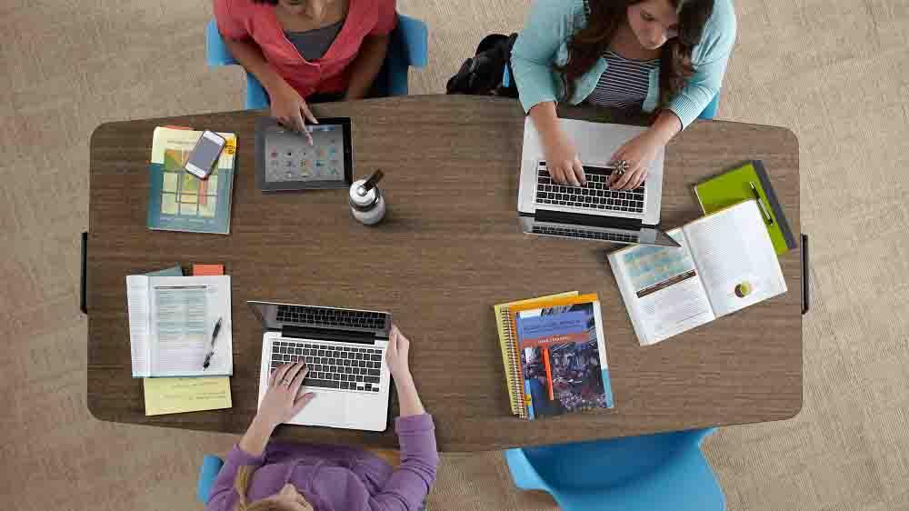 """""""为新生代""""未来智慧教室设计的多功能学校家具"""